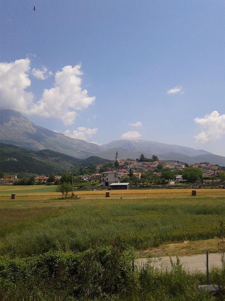 768px-Magliano_dei_Marsi_sullo_sfondo_il_monte_Velino2
